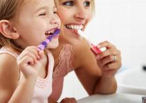 moeder-kind-samen-tandenpoetsen-1038x576